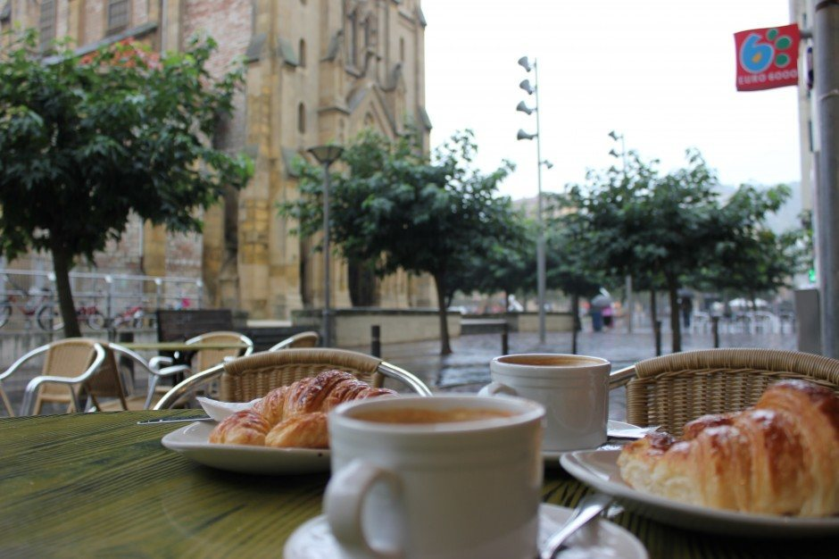 Cafe con leche y croissant on a rainy day