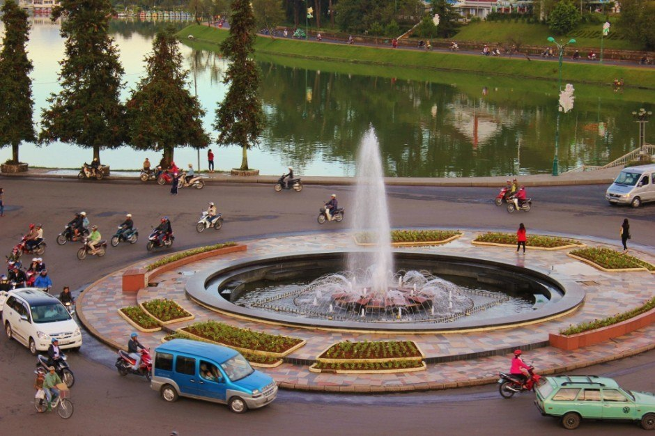 Sightseeing in Dalat, Vietnam: fountain by Xuan Huong Lake