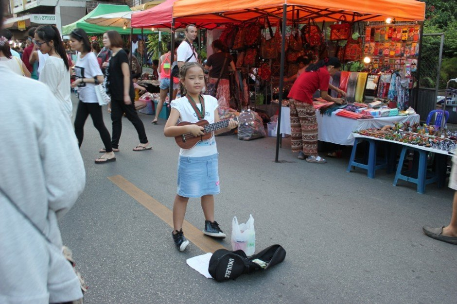 Chiang Mai on a budget: Markets - Children sing for small change