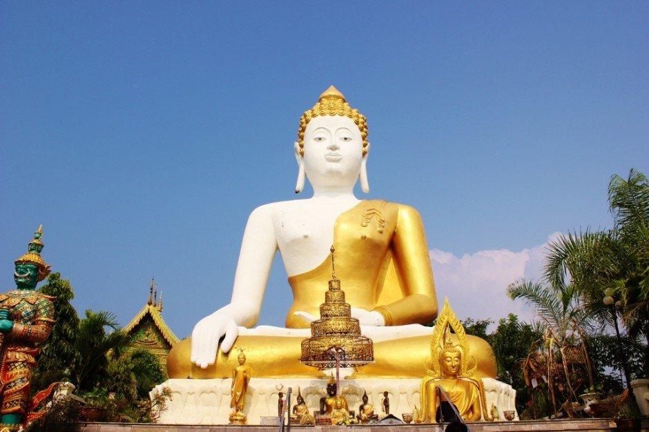 Visiting Chiang Mai temples: Doi Kham Temple - 17 meter sitting Buddha statue