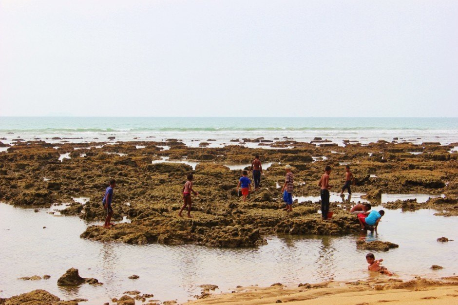 Life on Koh Lanta: Klong Khong Beach low tide exposes rocks