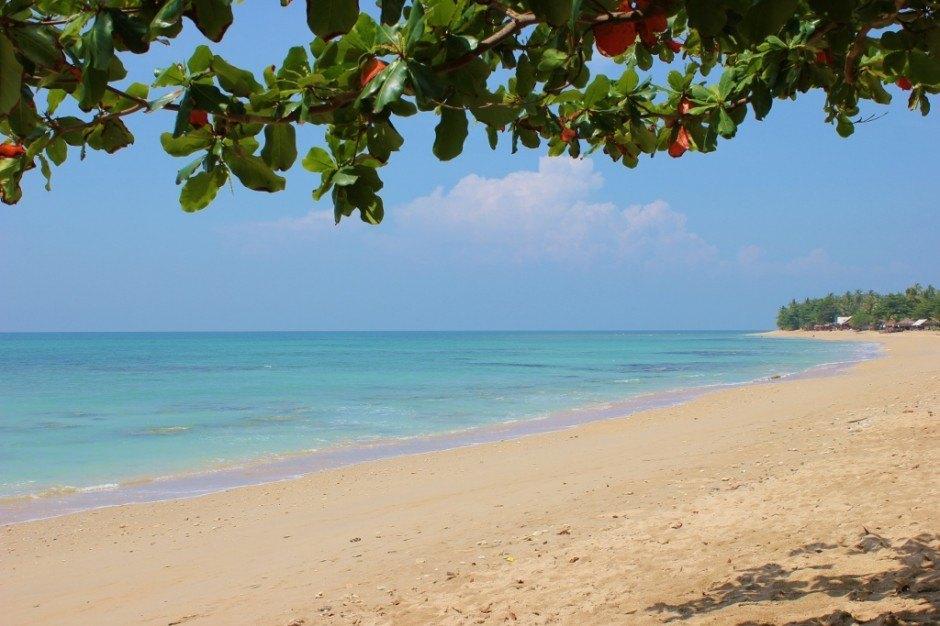 Life on Koh Lanta: Klong Khong Beach high tide
