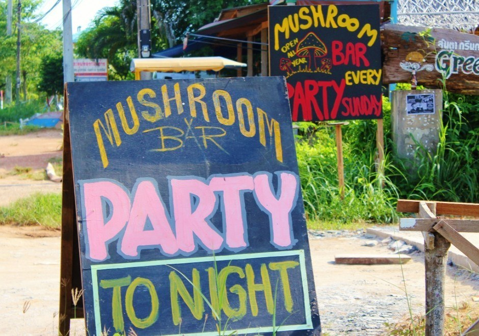 Daily life on Koh Lanta: The party is at a different bar every night of the week.