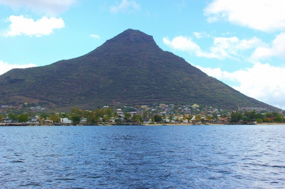 Snorkeling the outer reef on Mauritius: View from the boat