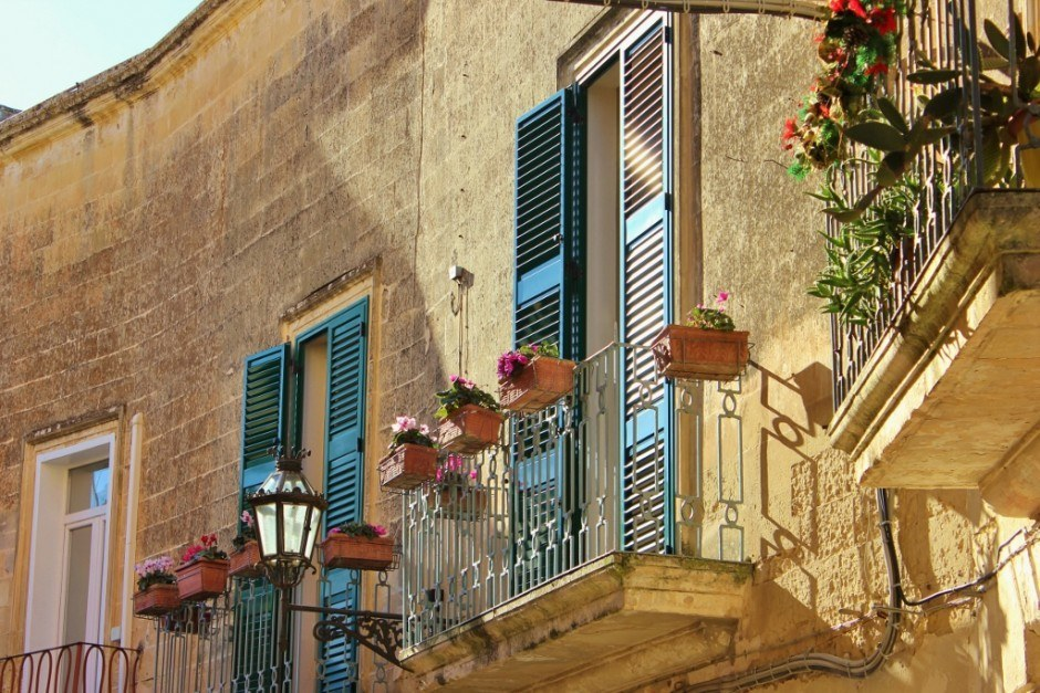 Flowers were blooming on the balconies by the end of our month-long stay in Lecce