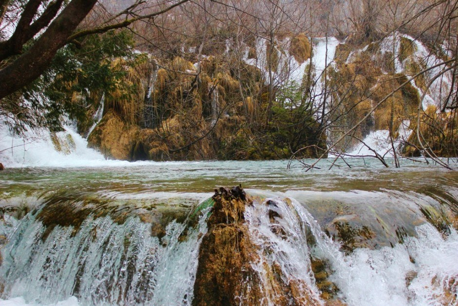 Visiting Plitvice Lakes: Rushing water so close to the path