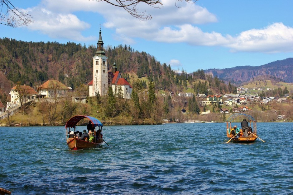 Lake Bled: Pletna boats carry tourists from the shore to the island