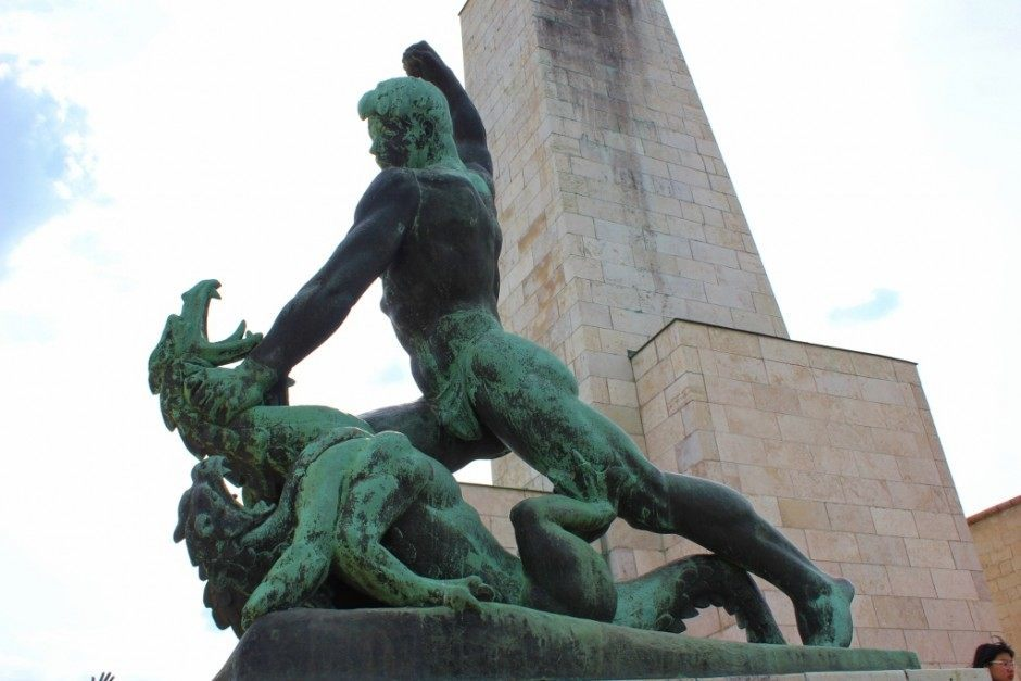 Gellert Hill: Statue of a man slaying a dragon