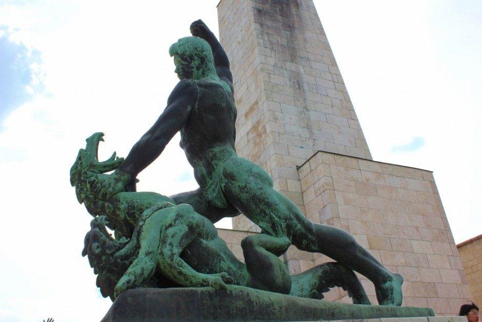 Gellert Hill: Statue of a man slaying a dragon