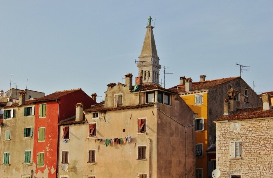 At first glance of Rovinj, it is easy to miss the antennas and satelite dishes, but a closer look reveals a less idyllic - but not less charming - part of the old town