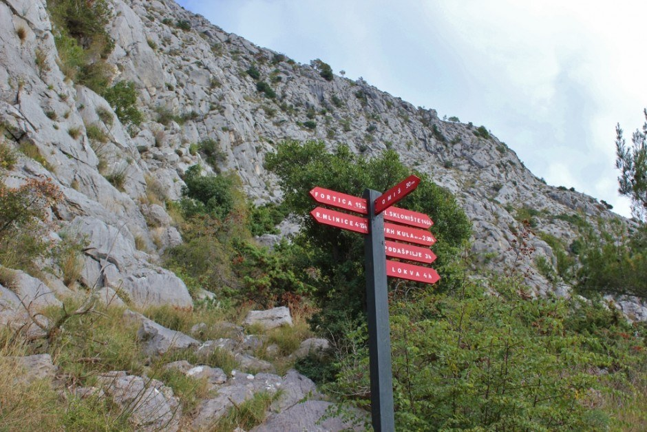 A sign post leading the way while hiking to Starigrad Fortress in Omis