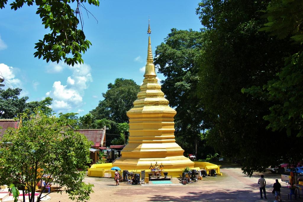 Wat Phra That Chom Thong Golden Stupa, Chiang Rai ...